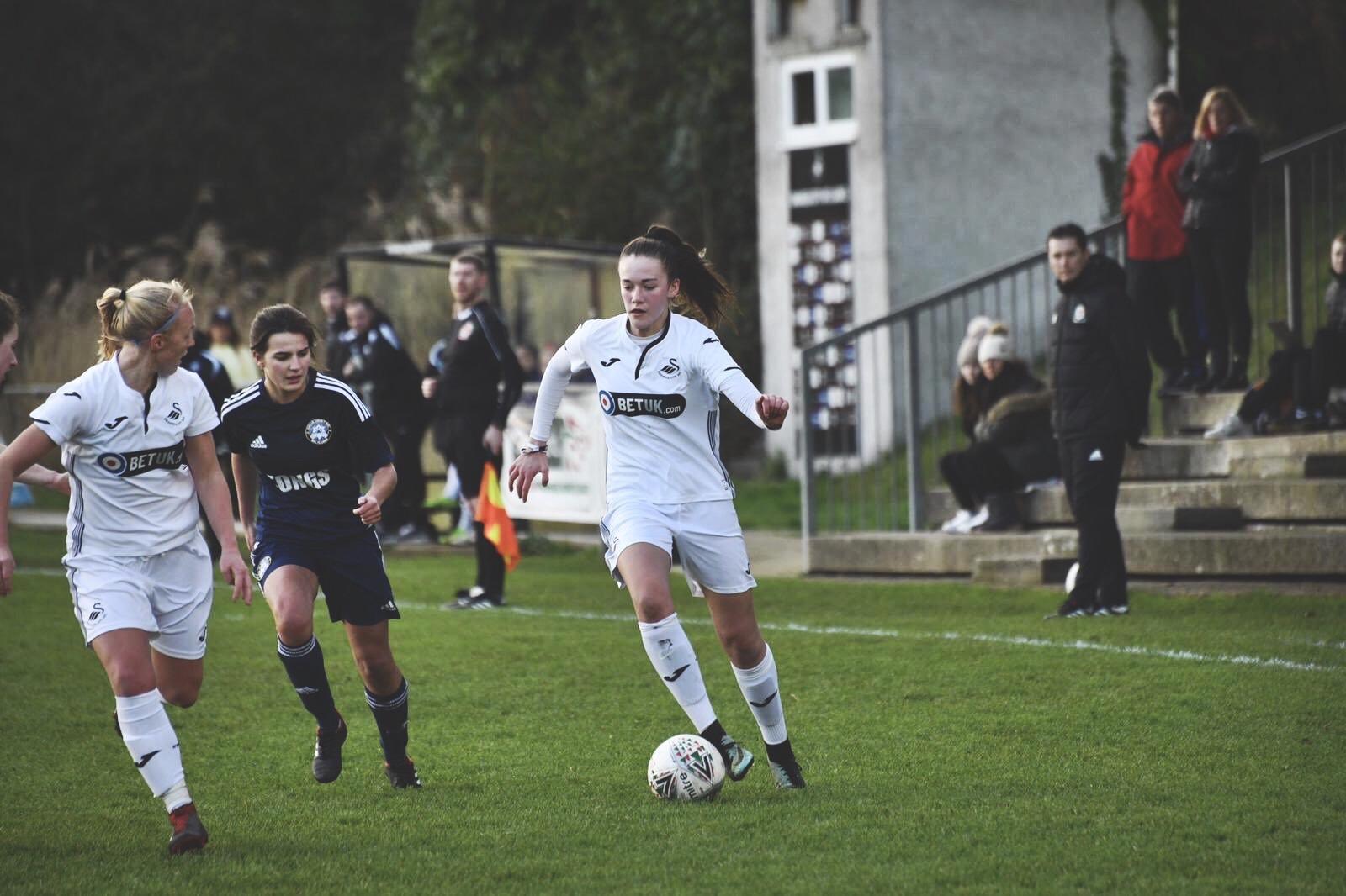 Nieve Jenkins in action for Swansea City Ladies.